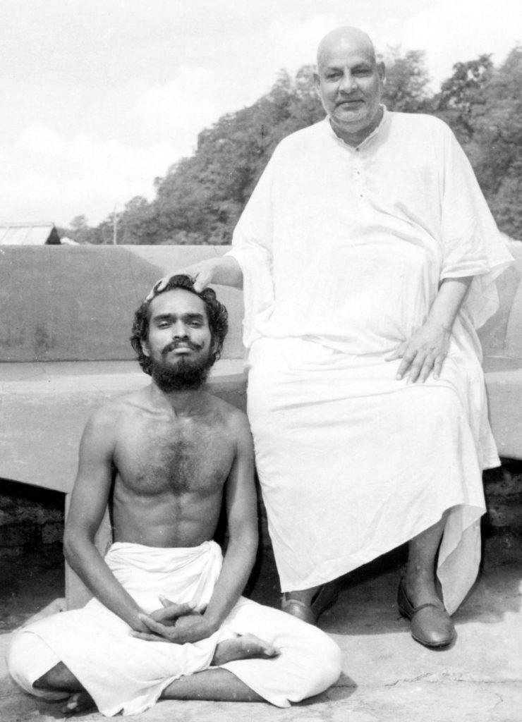 Dieses Bild hat ein leeres Alt-Attribut. Der Dateiname ist SwamiVignananandaSivaSegn-740x1024.jpg